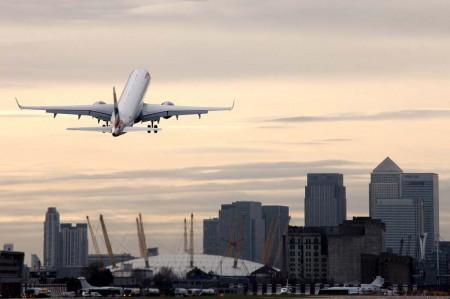 Despegue de un Embraer Ejet de British Airways desde London City.