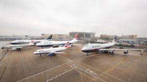 Los cuatro aviones retro de British Airways junto a uno con los colores actuales de la compañía.