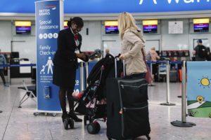 Empleada de British Airways en el aeropuerto de Londres Heathrow.