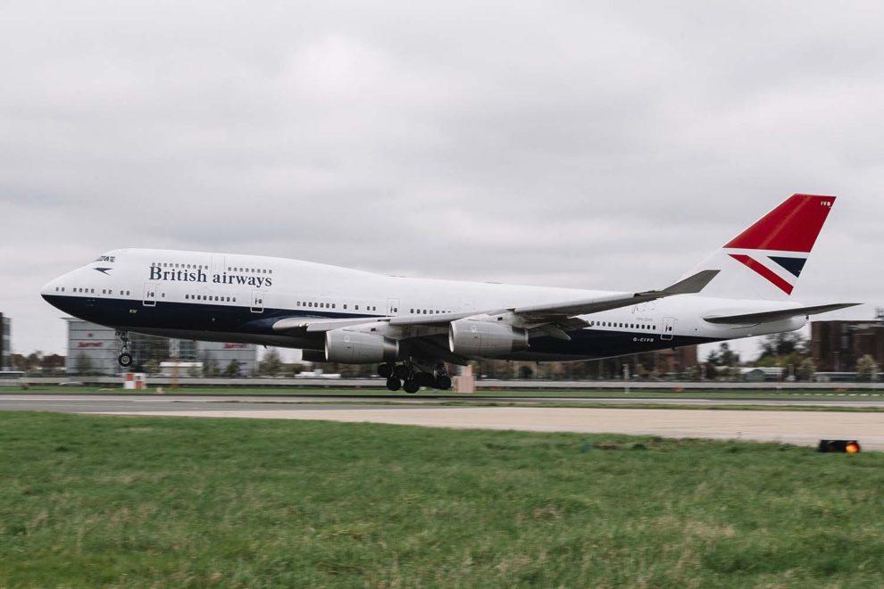 El Boeing 747-400 G-CIVB aterizando en LondresHheathrow con su decoración retro.