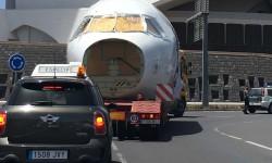 El fuselaje pasando frente al auditorio Adan Martín de Santa Cruz de Tenerife