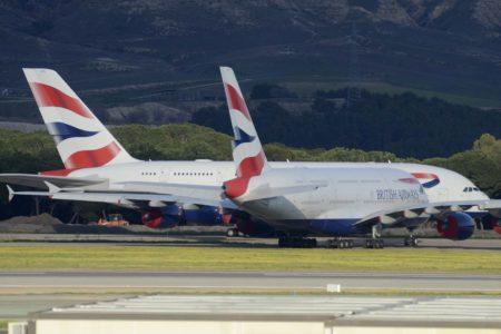 Dos de los Airbus A380 que British Airways ha aparcado en Madrid Barajas.
