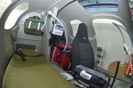 Interior del C-44 con los dos asientos en tándem y la camilla.