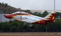 La Patrulla Águila ha añadido el emblema de los 75 años del Ejército del Aire español en sus aviones.