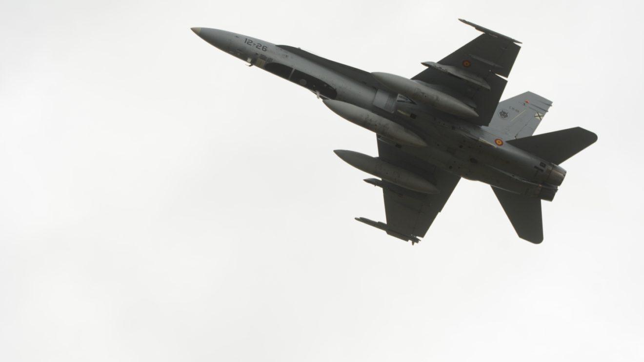 Para el vuelo de traslado los F/A-18 estaban equipados con tres depósitos externos de combustible. Aun así deberán repostar en vuelo cerca de Ramstein (Alemania) de un KC-46 italiano.