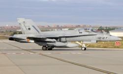 Uno de los McDonnell Douglas F/A-18 del Ala 12 que portan marcas de calibración para pruebas en vuelo