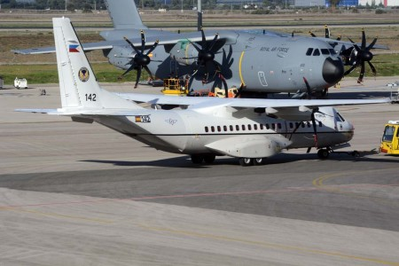 C295 entregado en diciembre a la Fuerza Aérea de Filipinas. Detrás un A400M de la RAF a la espera de su entrega en Sevilla.
