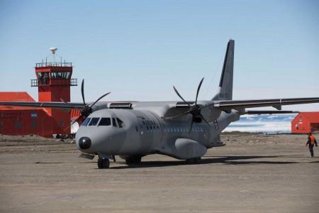 El C295 en la base Marimbo. Aunque en la isla Seymour la temperatura media es de -8,9 grados y nieva másde 130 días al año de media, durante la visita del avión la nieve era casi inexistente.