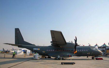 El Airbus C295 armado expuesto en Dubai es el avión matriculado EC-025, número de serie 166 y destinado a la Fuerza Aérea de Uzbekistán.