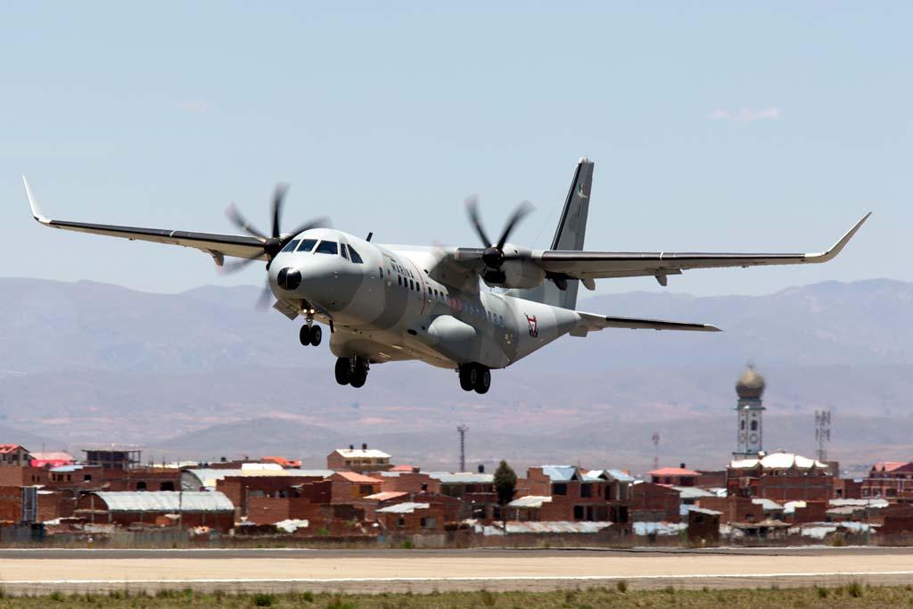 El C295W despegando de la pista del aeropuerto de La Paz.