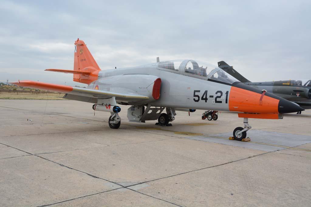CASA C-101 del CLAEX que para la exposición s ele equipó con dos lanzacohetes que se probaron en su momento en el avión, y hoy forman parte de los fondos del Museo del Aire.