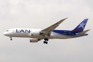 Boeing 787 de LATAM, todavía con los colres de LAN Chile, y que pronto veremos con matrículas brasileñas volando a Europa.
