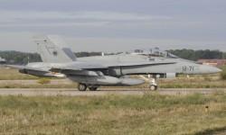 Algunos F/A-18 llevan pintada una falsa cabina en la parte inferior del fuselaje
