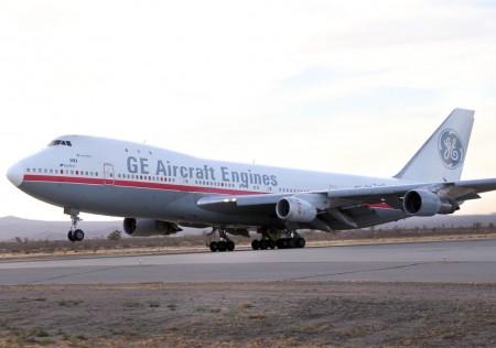 Despegue del Boeing 747 de General Electric con el motor LEAP 1B instalado en la posición número 2.