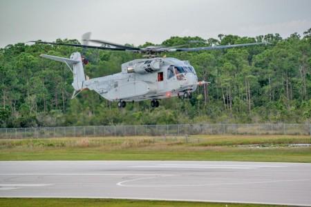 El Sikorsky CH-53K King Stallion durante su primer vuelo.