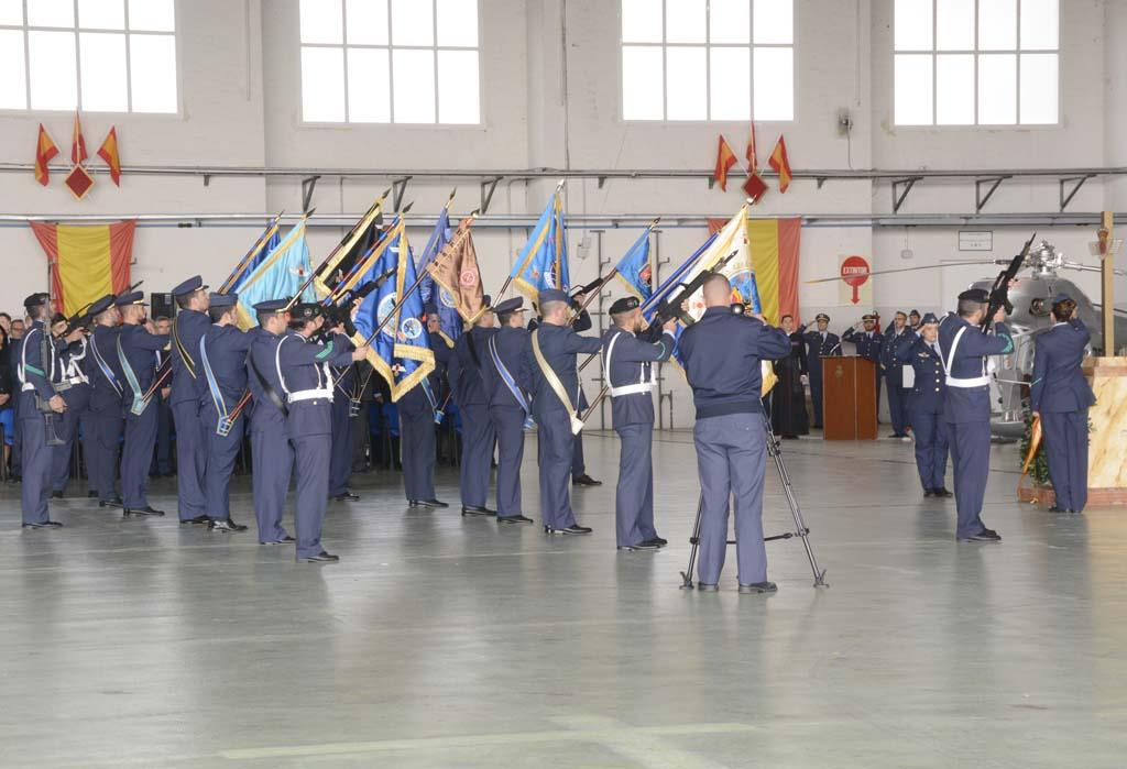 Homenaje a los caídos durante la ceremonia de celebración de los 25 años del CLAEX en el hangar de la unidad.