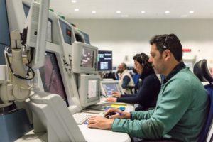 Puesto de control en el centro de control aéreo de Sevilla.
