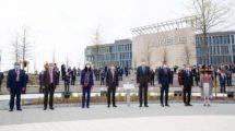 Felipe VI y las autoridades junto a la placa conmemorativa de la inauguración de Capus Futura de Airbus.