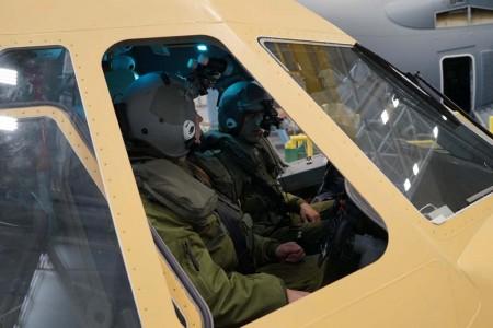 Pilotos canadienses a bordo de un C295 en la cadena de montaje comprobando que sus equipos de vuelo y los mandos del avión no se interfieren.