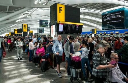 Colas de pasajeros en los aeropuertos de Londres tras la cancelación de todos los vuelos de British Airways.