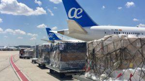 Palets de carga listos para ser embarcados en los aviones de Air Europa en el aeropuerto de Madrid BArajas.