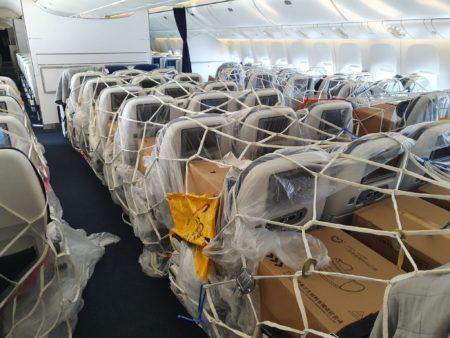Avión de pasaje usado para el transporte de mascarillas, guantes y otros equipos de protección durante la pandemia de COVID-19.