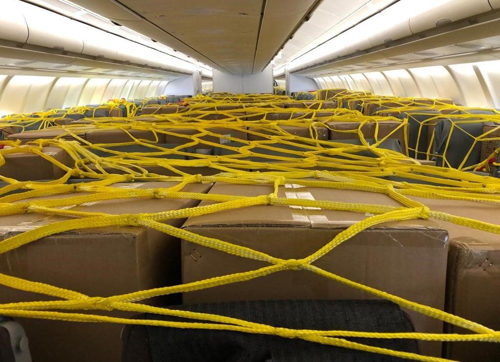 Carga sobre los asientos en uno de los vuelos del Corredor Aéreo Sanitario que organizó Iberia con el Grupo Oesia.
