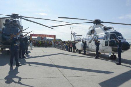 Dos helicópteros, uno de cada unidad del Ala 48 enmarcaban la salida y llegada de la II Carrera Solidaria del Ala 48, cuya salida dio la Escuadrilla de Honores con una descarga de fusilerçia.