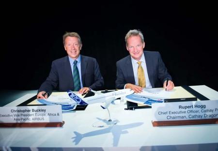 Christopher Buckley, vicepresidente ejecutivo de Airbus para Europa, África y Asia-Pacífico (izquierda) y Rupert Hogg, presidente de Cathay Dragon y consejero delegado de Cathay Pacific (derecha) firman el acuerdo de intenciones para los A321neo.