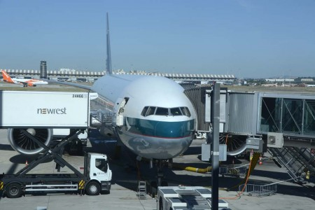 El Boeing 777 B-KQE de Cathay Pacific en el aeropuerto de Madrid Barajas.