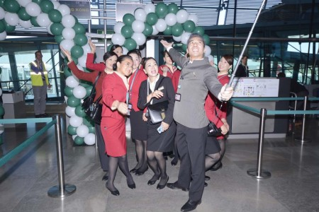 La tripulación de cabina del vuelo Madrid Hong Kong celebrando la nueva ruta con un selfie en grupo.