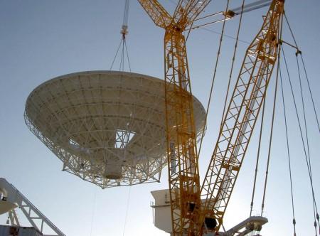 Montaje de la antena de comunicaciones de 35 metros de diámetro en la estación de Cebreros