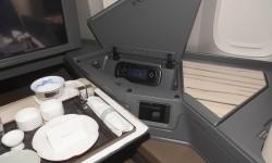 El asiento de business tiene diversos huecos para objetos personales. En el que está el mando del sistema de entretenimiento incluye también las tomas eléctricas para dispositivos portátiles.
