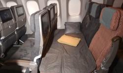 China Airlines es la primera aerolínea que ha adquirido los derechos para el SkyCouch de Air New Zealand. Este asiento convierte tres asientos en una cama. El B-777 cuenta con 10 filas de este servicio.