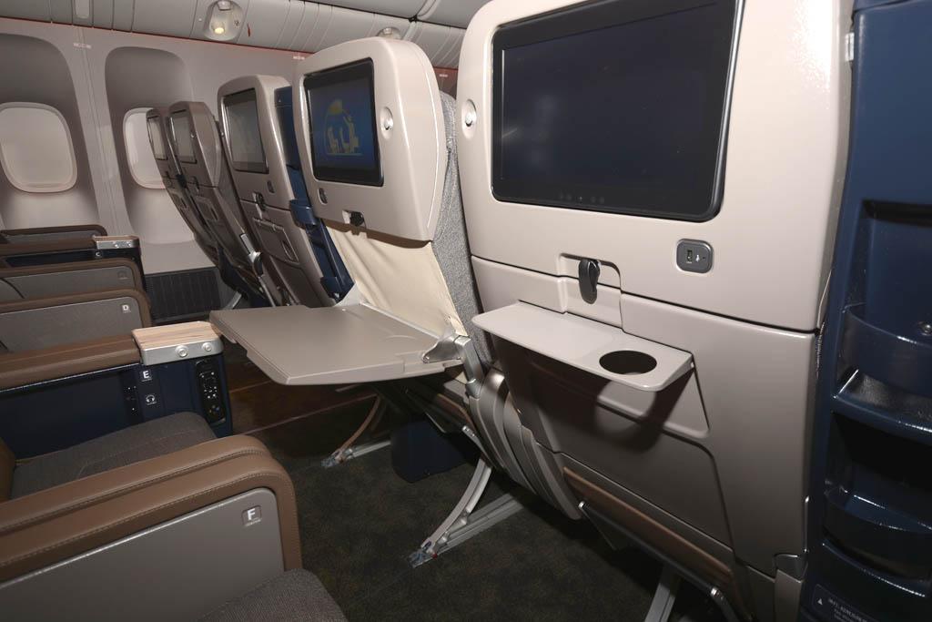 En los asientos de turista superior además de la mesa hay una más pequeña auxiliar para un vaso y algún objeto pequeño.