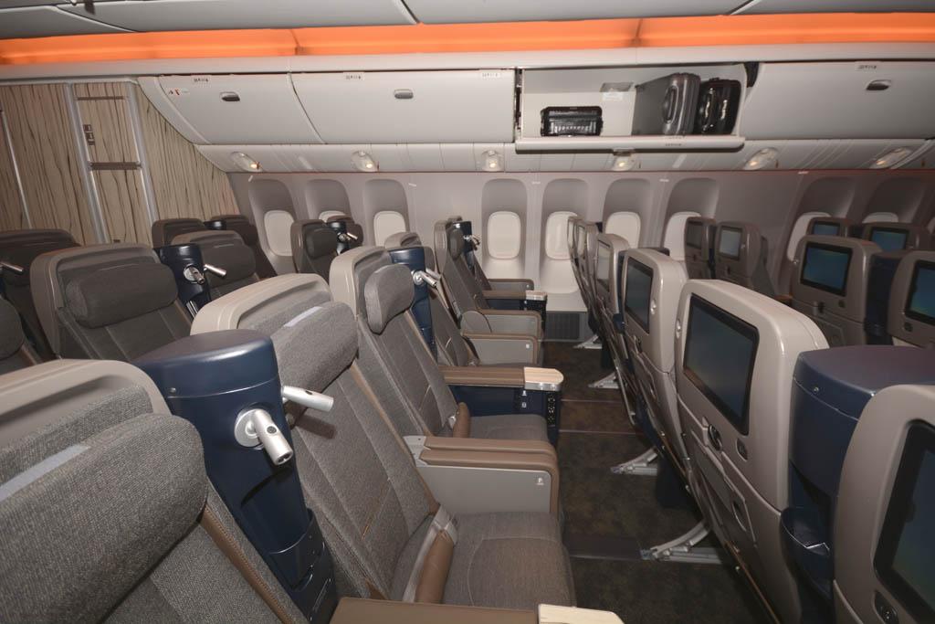 Los asientos de turista superior parecen más asientos de clase ejecutiva de hace 20 años más que un asiento de turista.