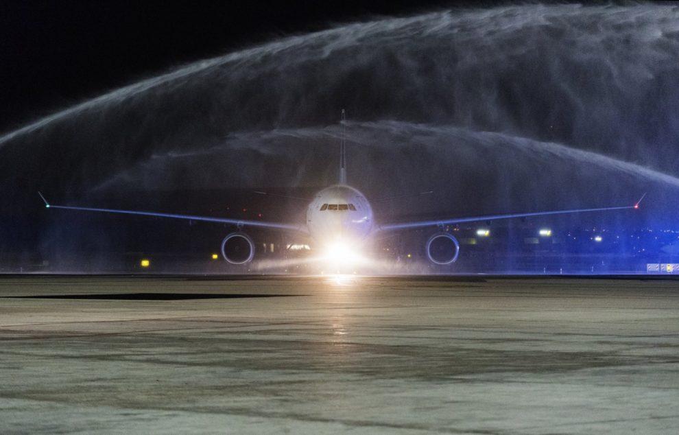 El Airbus A330 de China Eastern que cubrió el primer vuelo de Xian a Madrid fue recibido con un arco de agua.