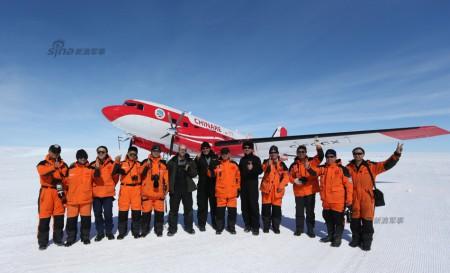 Los miembros de la expedición china junto al Basler BTG-67 en la base china de Zhongshan.