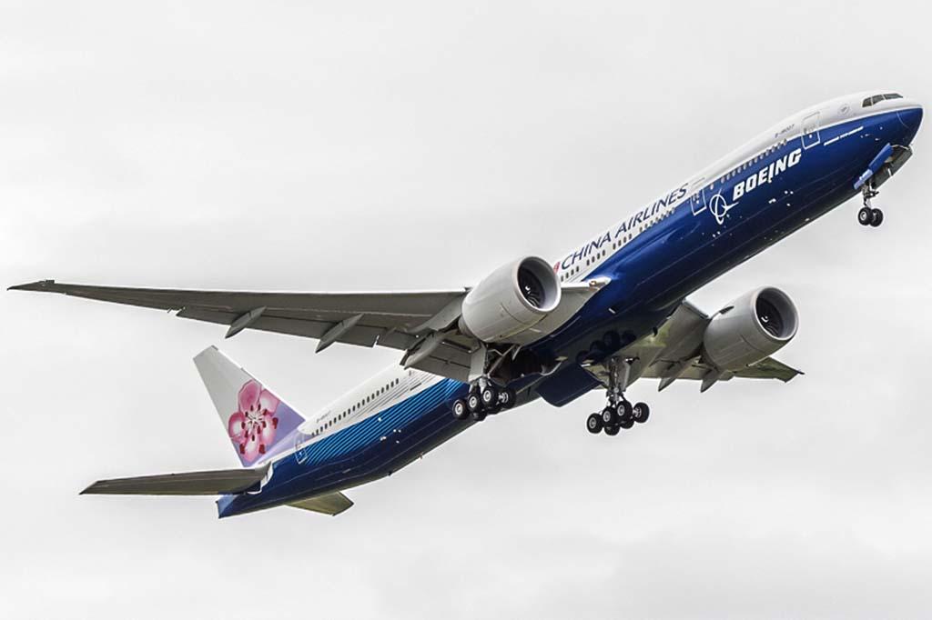 Despegue de Seattle del Boeing 777 de China Airlines en su vuelo de entrega.