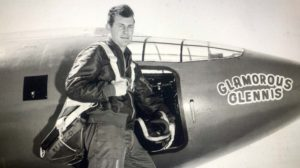 Chuck Yeager frente al Bell X-1 con el que rompio la barrera del sonido en 1947.