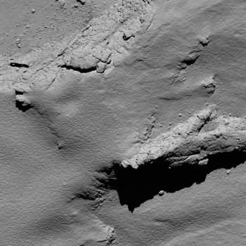 Zona de impacto de Rosetta en el cometa 67P/Churyumov-Gerasimenko fotografiada con OSIRIS a 5,7 km de altitud. La escala es de 11 cm por pixel y el ancho de la foto es de 225 metros.