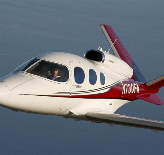El Cirrus SF50 peude albergar a hasta siete pasajeros: cinco adultos y dos niños.