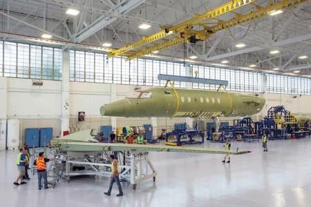 Unión de las alas y fuselaje del primer Citation Longitude en la factoría de Cessna.