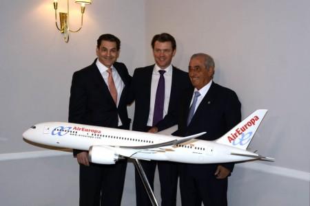 Clavero, Harrison e Hidalgo junto a una maqueta del Boeing 787 con los colores de Air Europa.