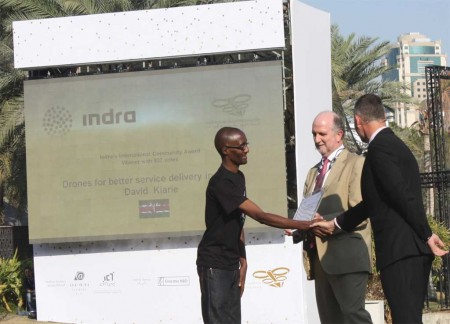 José Luis Angoso, director de I+D de Indra, entrega el premio a David Kiarie.