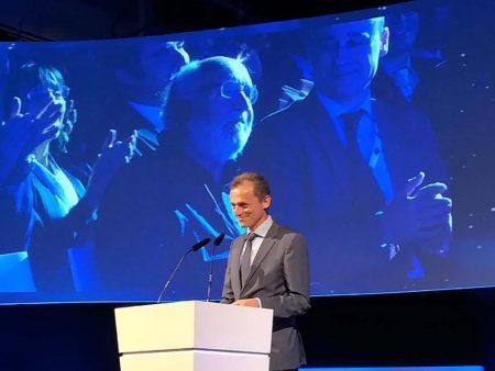 El recién premio Nobel Michel Mayor (en la pantalla) estuvo presente unos minutos en el Congreso del Espacio.