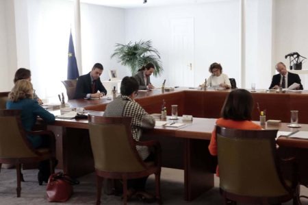 El consejo de ministros reunido para aprobar el Real Decreto del Estado de Alarma.