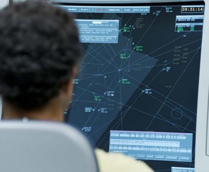 Mantener las comunicaciones entre controladores de distintos sectores y diferentes centros de control es tan importante como mantenerlas con las aeronaves en vuelo.