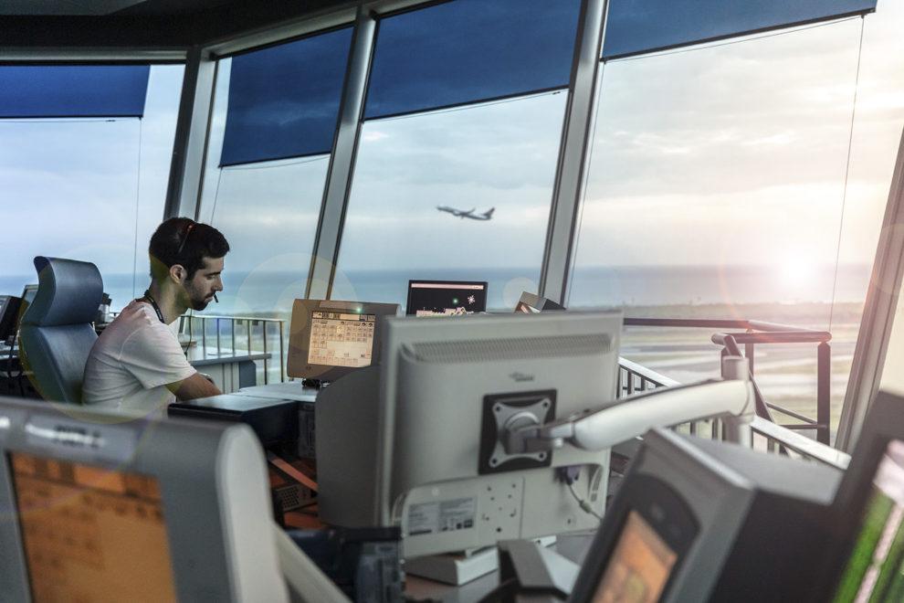Enaire, ademas de los cinco centros de control gestiona las torres de control de 21 aeropuertos españoles.