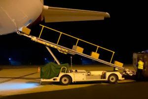 Descarga de material sanitario de un avión de Iberia del Corredor Aéreo Sanitario.
